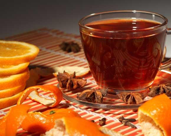 - 30 г черного сухого чая; - 1 л воды; - 30 г цедры апельсина; - 50 мл апельсинового сиропа;