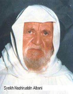 Biografi Abu Abdirrahman Muhammad Nashiruddin bin Nuh al-Albani  Nama beliau adalah Abu Abdirrahman Muhammad Nashiruddin bin Nuh al-Albani. Dilahirkan pada tahun 1333 H di kota Ashqodar ibu kota Albania yang lampau. Beliau dibesarkan di tengah keluarga yang tak berpunya, lantaran kecintaan terhadap ilmu dan ahli ilmu. Ayah al Albani yaitu Al Haj Nuh adalah lulusan lembaga pendidikan ilmu- ilmu syari'at di ibukota negara dinasti Utsmaniyah (kini Istambul), yang ketika Raja Ahmad Zagho naik tahta di Albania dan mengubah sistem pemerintahan menjadi pemerintah sekuler, maka Syeikh Nuh amat mengkhawatirkan dirinya dan diri keluarganya. Akhirnya beliau memutuskan untuk berhijrah ke Syam dalam rangka menyelamatkan agamanya dan karena takut terkena fitnah. Beliau sekeluargapun menuju Damaskus.  Setiba di Damaskus, Syeikh al-Albani kecil mulai aktif mempelajari bahasa arab. Beliau masuk sekolah pada madrasah yang dikelola oleh Jum'iyah al-Is'af al-Khairiyah. Beliau terus belajar di sekolah tersebut tersebut hingga kelas terakhir tingkat Ibtida'iyah. Selanjutnya beliau meneruskan belajarnya langsung kepada para Syeikh. Beliau mempelajari al-Qur'an dari ayahnya sampai selesai, disamping itu mempelajari pula sebagian fiqih madzab Hanafi dari ayahnya. Syeikh al-Albani juga mempelajari keterampilan memperbaiki jam dari ayahnya sampai mahir betul, sehingga beliau menjadi seorang ahli yang mahsyur.