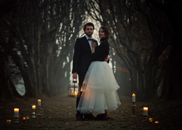 Mglisty plener ślubny ze świecami