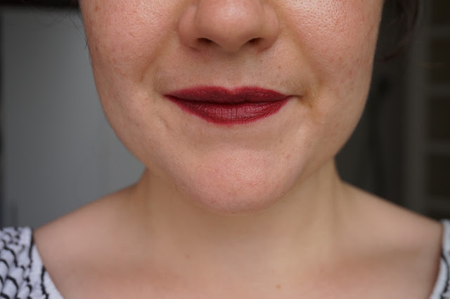 rouge_favoris_red_lipsticks_revue_avis_swatches_velvet_matte_318_burgundy_kiko