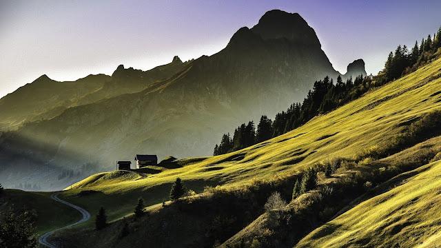 HD wallpaper met bergen met groene velden.