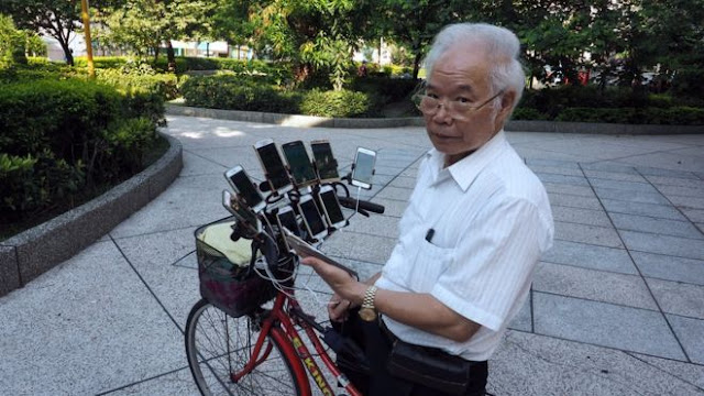 OMG This Grandpa Rigged His Bicycle with 11 Smartphones to Catch Pokemon