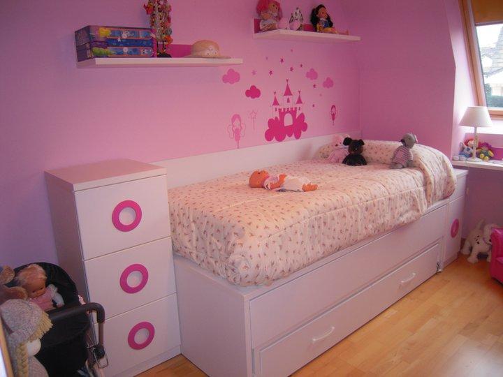 Dormitorio juvenil abuhardillado blanco y rosa for Cuartos para nina de 4 anos