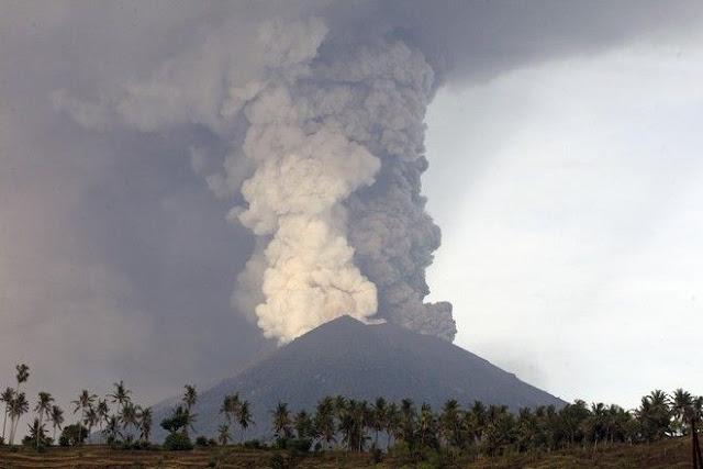 100.000 άνθρωποι εγκαταλείπουν τα σπίτια τους λόγω του ηφαιστείου
