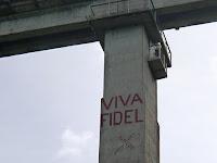 Kuba, Eisenbahnbrücke über den Rio Canimar, auf dem riesigen Betonpfeiler steht in luftiger Höhe ganz groß Viva Fidel.