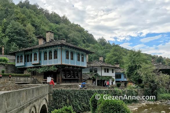Balkan dağları yamacında Etar etnografik köyü, Gabrovo Bulgaristan