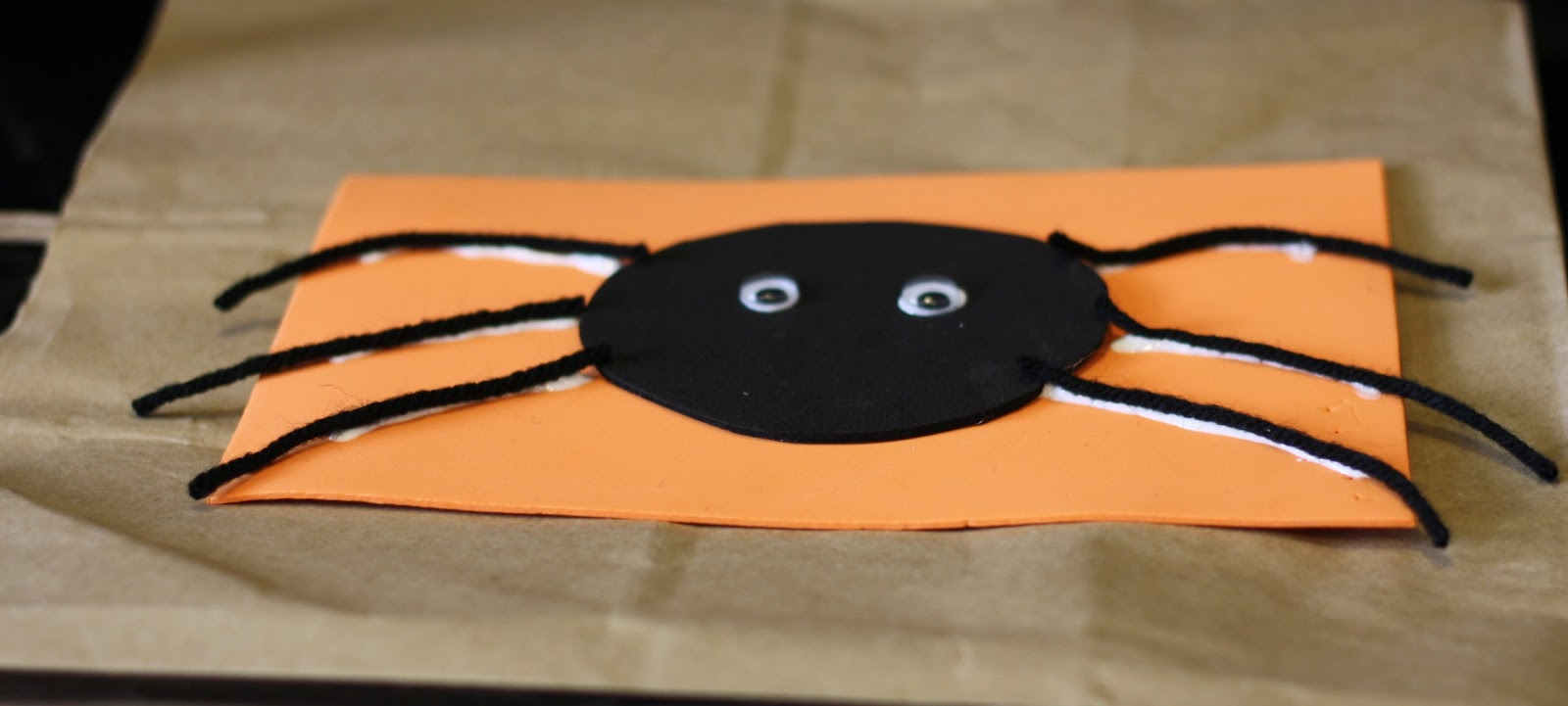 Looking for easy Halloween craft ideas? This round up of Halloween Crafts for Preschoolers has loads of ideas that you can do at home or in a school setting. Great craft ideas for Halloween class parties too! We are wrapping up a week's worth of Halloween crafts with big ol' round up.