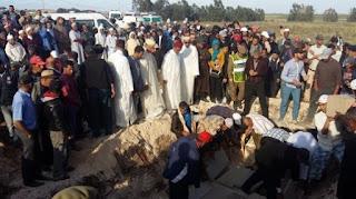 Enterrement des dix membres d'une famille assassinés par un proche.