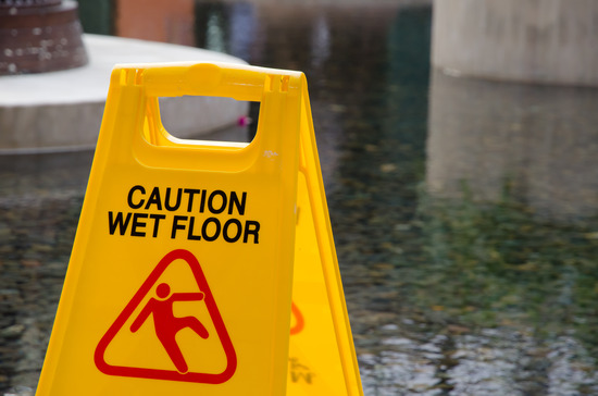 aviso de suelo mojado