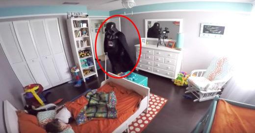 Papá despierta a su hijo vestido de Darth Vader mira su reacción