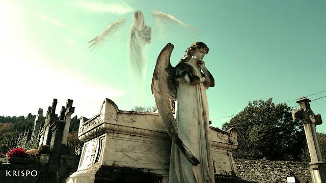 una estatua de angel y un fantasma de un angel en el cementerio