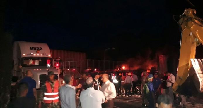 Bomberos luchan por sofocar incendio próximo a la Refinería