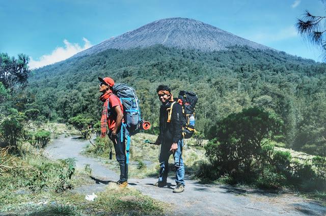 Puncak Gunung Semeru dari kejauhan
