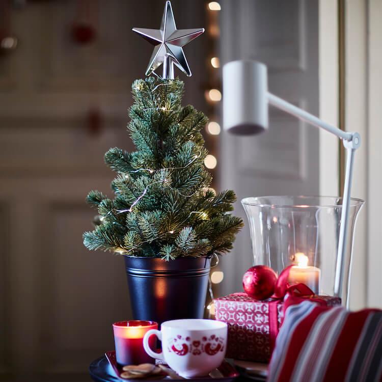 pequeño árbol de Navidad en maceta pequeña