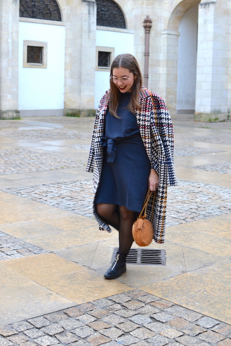 robe Félice Fashion integrity by Galeries Lafayette, manteau pied de poule Pablo, sac rond jerome dreyfuss, bottines zipées devant Stradivarius