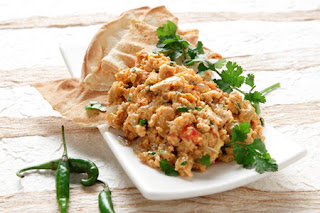 http://www.gastronomos.gr/sintages/3426/indiki-strapatsada-me-mpacharika