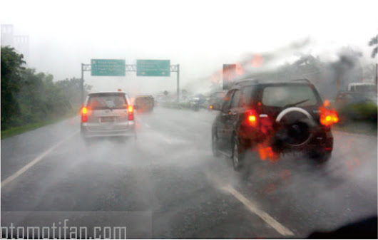 OTOMOTIFAN: Driving While Rain But Visibility Remains Clear. Want?