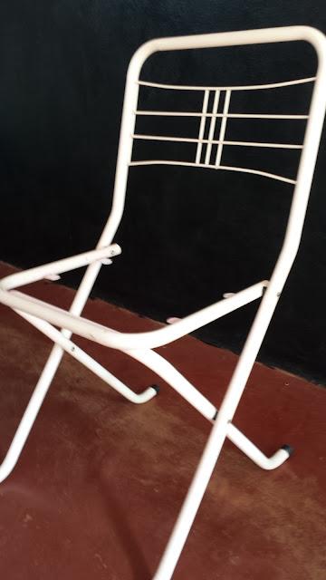 Cadeira e cabideiro do meu quarto repaginados!
