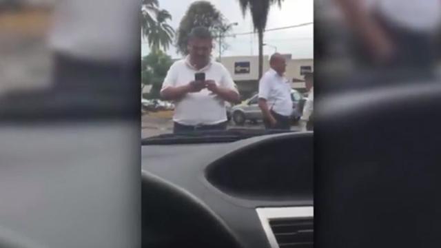 Taxistas de Jalisco detienen un auto de Uber y obligan a los pasajeros a bajarse