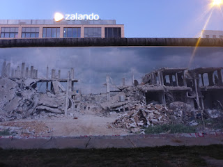 Mauer (Westseite) mit Kriegstrümmerfoto