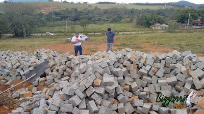 Pedra paralelepípedo para construção de chalé com pedra.
