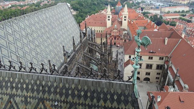 教堂後半部的屋頂及風向雞