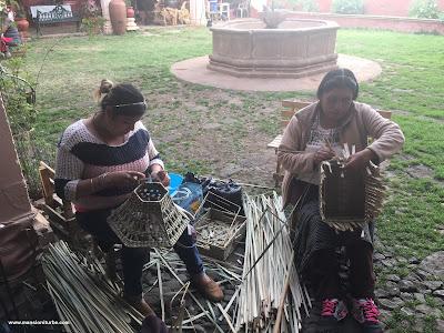 Artesanas tejiendo fibras vegetales de la Región del Lago de Pátzcuaro