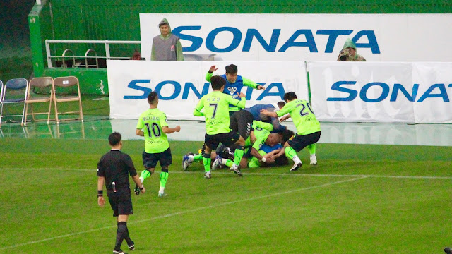 Kim Bo-kyung is mobbed by his teammates upon scoring a late winner for Jeonbuk Hyundai Motors(Photo Credit: Howard Cheng)