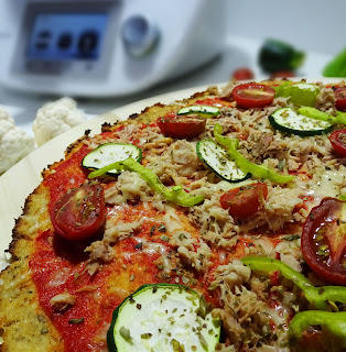 Pizza hecha con base de coliflor. Sin harinas. Muy baja en hidratos de carbono.