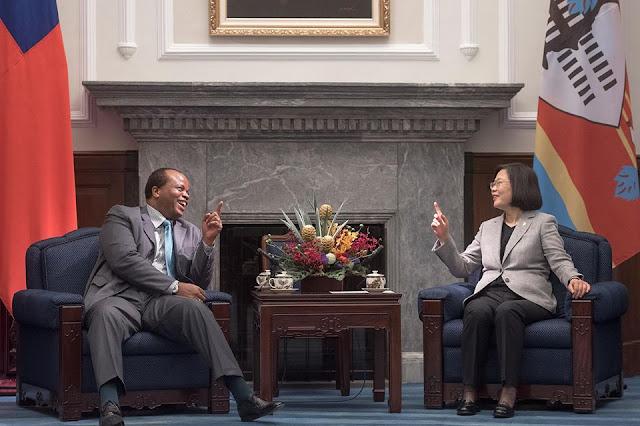 지난 6월 대만을 방문한 에스와티니 국왕과 차이잉원(蔡英文) 총통이 이야기를 나누고 있다. [차이잉원 페이스북]
