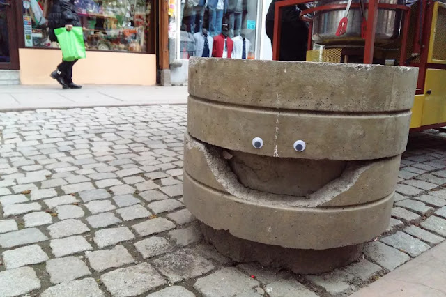 https://www.curbed.com/2017/6/5/15737638/eyebombing-pictures-googly-eyes-sofia-bulgaria