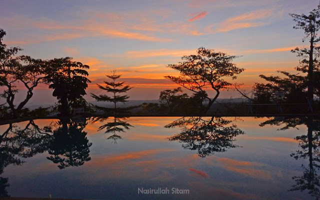 Panorama menjelang sunrise terkena pantulan air kolam hotel