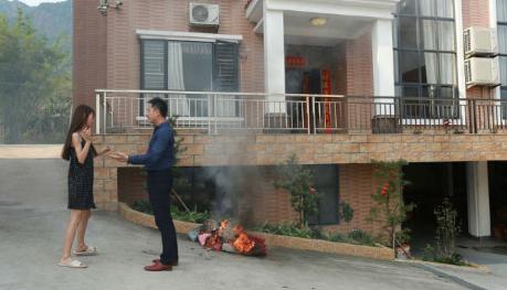 Istri Muda Membakar Tas, Baju Lalu Memutisi Kekasihnya