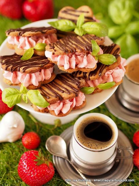 ciastka przelozone kremem, kawa inka, kawa zbozowa, ciasteczka kawowe, truskawki, deser, urodziny smacznej pyzy, szesc lat blogowania, rocznica bloga, happy birthday