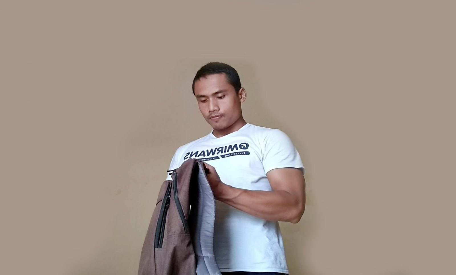 You can do weight training to build muscle at office. You can actually maximize the facilities of the office, such as laptop bags or old school monitors, to train muscles and burn calories.