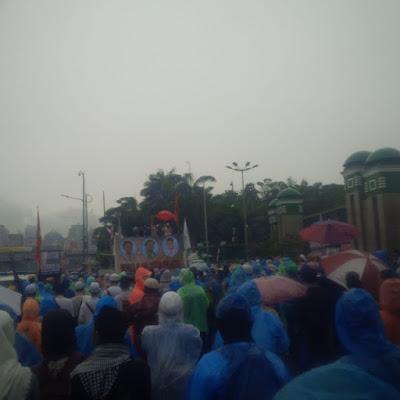 Terjang Hujan Deras, Beginilah Pemandangan Peserta Aksi 212 Jilid 2 yang Membakar Semangat