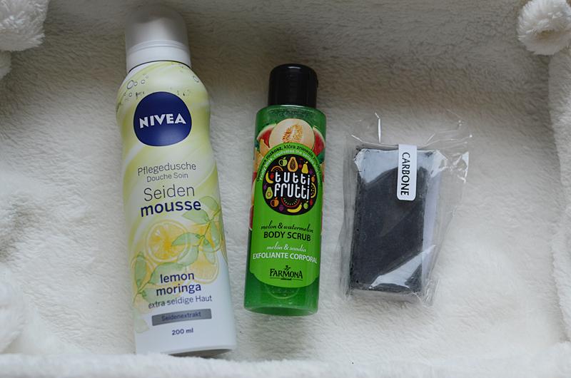 Pěna do sprchy Nivea, tělový peeling meloun, čistící černé mýdlo