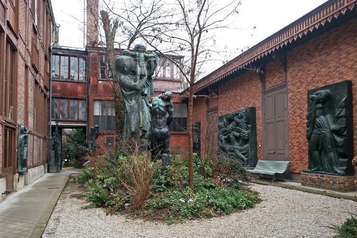 Dans la cour intérieur du musée Bourdelle de Paris, on aperçoit plusieurs sculptures en bronze dont  la vierge à l'offrande