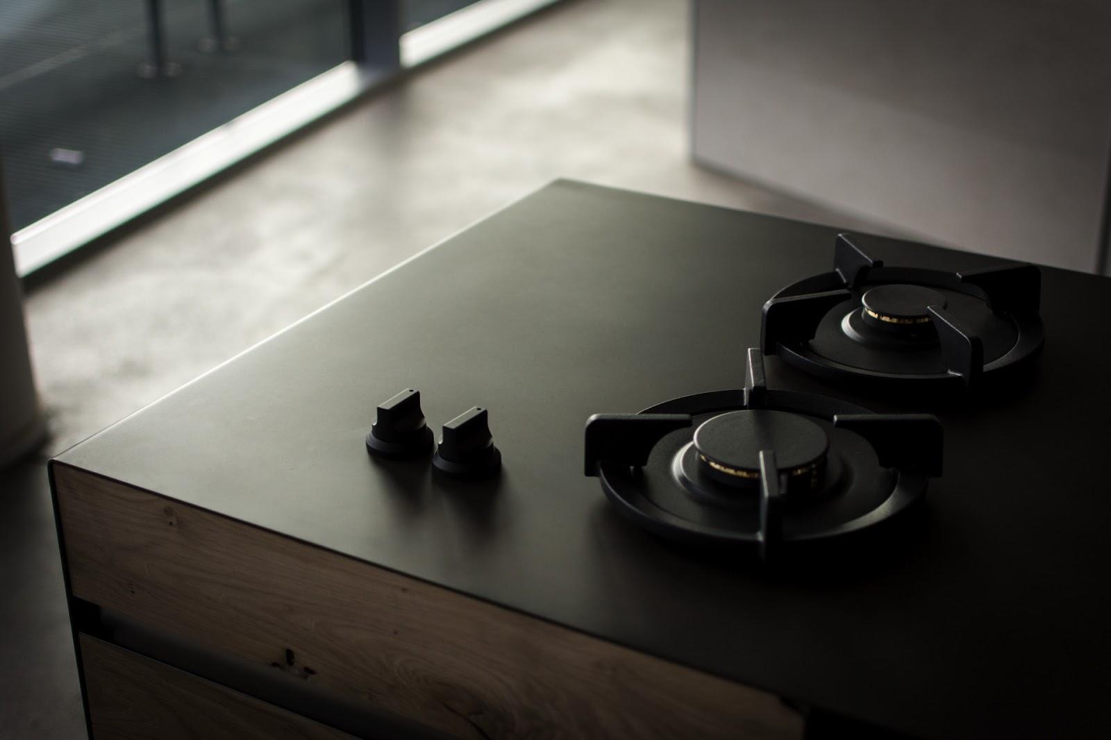 Czarna kuchenka gazowa.