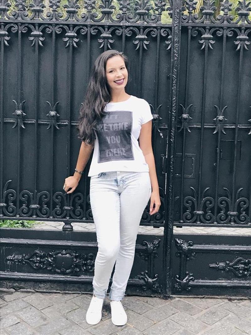 Jeans, camisa e tênis branco