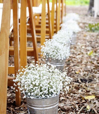 Decoración con flores de una ceremonia al aire libre