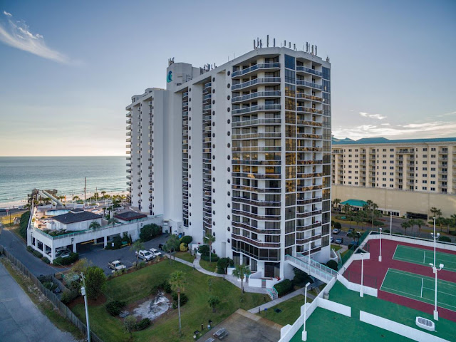 Located in beautiful Miramar Beach in Destin, Surfside Beach Resort is right across the street from over 300 feet of pristine white sand beach and emerald waters in Destin.