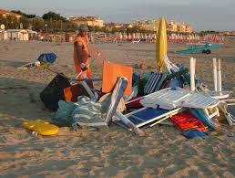 I furbetti dell'ombrellone impazzano in spiaggia
