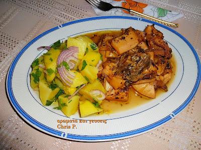 Σουπιες με διάφορα μυρωδικα μαγειρεμενες και σερβιρισμένες σε ωραία πιατελα με γαλαζια μπορντουρα