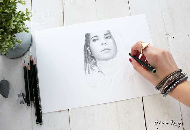 Proceso creativo de un retrato femenino a lápiz