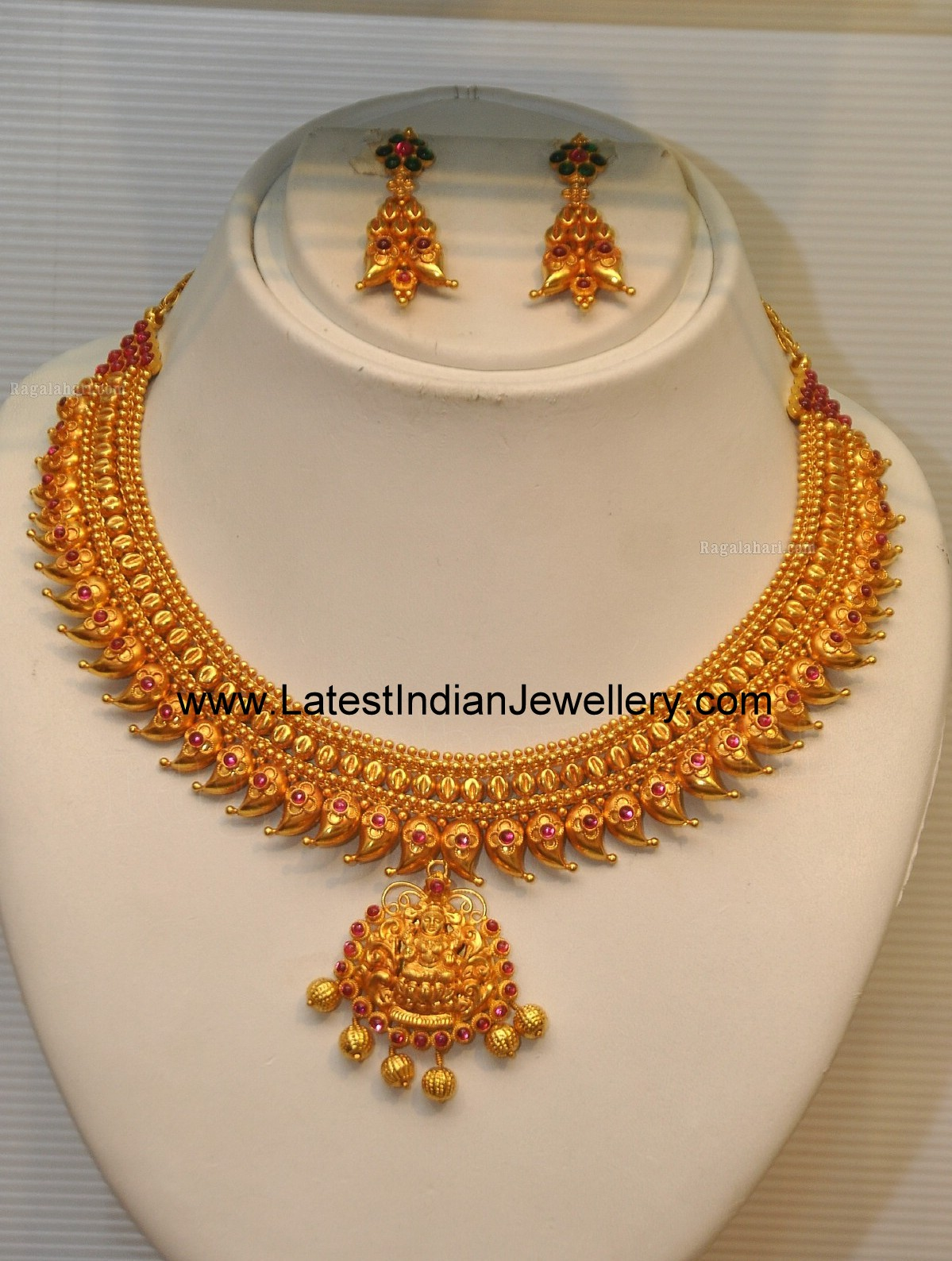 Heavy Gold Short Temple Jewellery Necklace in Mango Design