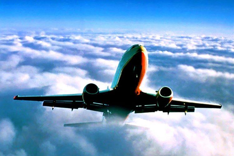 1972 yılında havalanan bir DC 10, Vuitton şehri üzerinden bulut tabakalarının arasından geçerek ilk seferine çıktı.