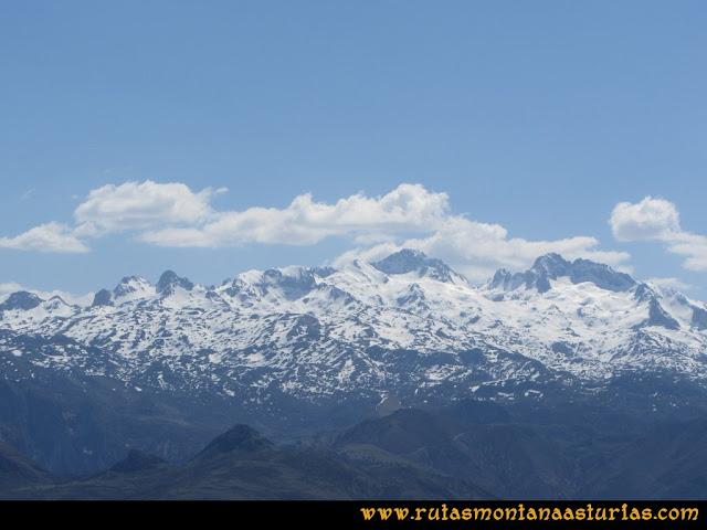Ruta Ardisana, pico Hibeo: Vista del macizo occidental de Picos de Europa