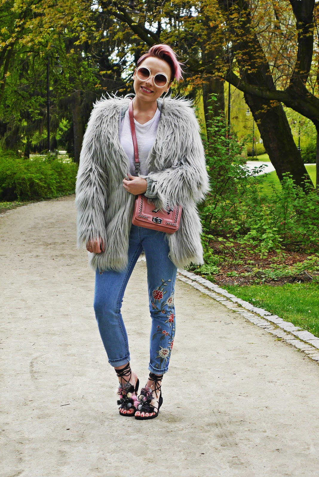 embriodered_denim_pants_topshop_ootd_karyn_blog_look_gray_fur_020517e