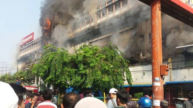 Penampakan kebakaran yang terjadi di Pasar Aksara Medan